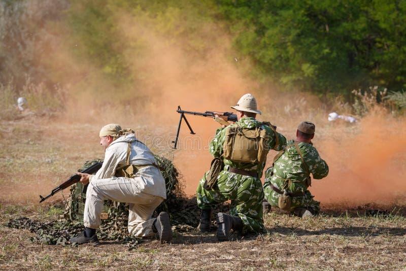 Drei sowjetische Soldaten schlägt weg vom Angriff des Mujahideen, der eine Nebelwand verwendet lizenzfreies stockbild