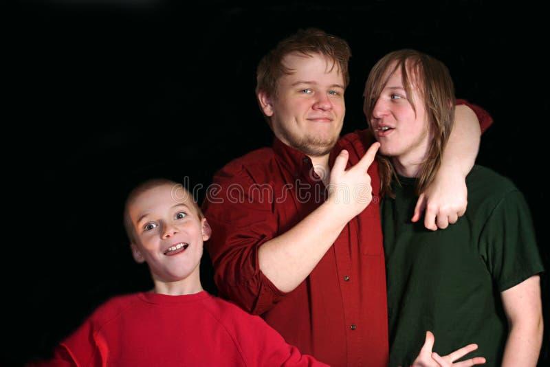 Drei spielerische Brüder stockfotos