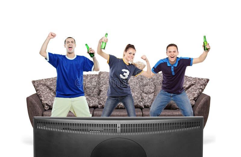 Drei Sportfreunde, die Fernsehen lizenzfreie stockfotos