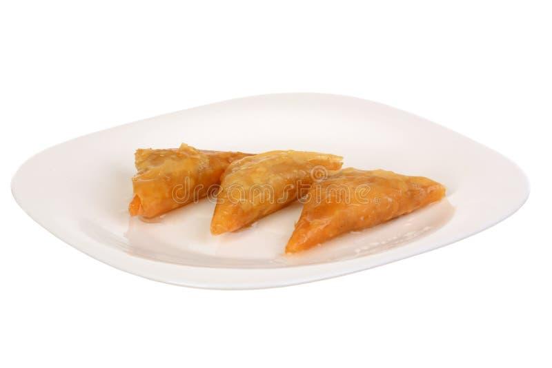 Drei Stücke Baklava - ein arabischer Bonbon gemacht mit gebackenem filo, angefüllt mit zerquetschtem nuts und mit Honig oder Zuck lizenzfreies stockbild