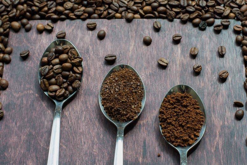 Drei Stadien von Löffeln im Kaffee - Bohnen, Boden, sofortig stockfoto