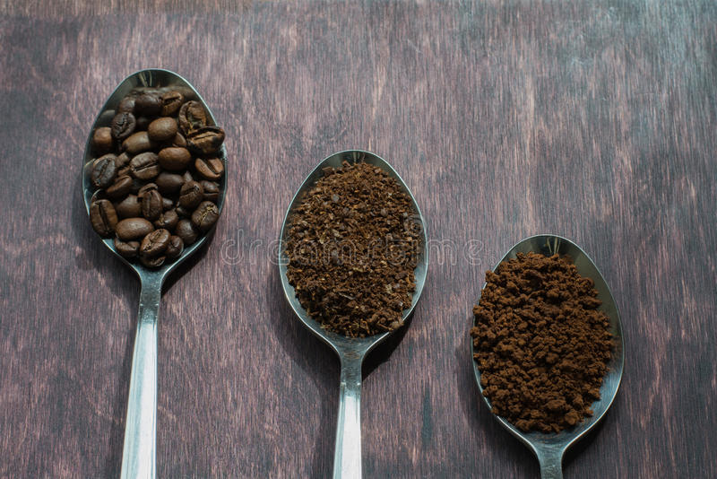Drei Stadien von Löffeln im Kaffee - Bohnen, Boden, sofortig lizenzfreies stockfoto
