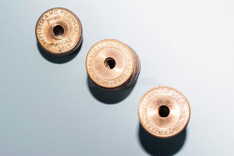 Drei Staplungsgoldmünzen, Geldanlagekonzept lizenzfreies stockbild