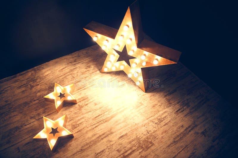 Drei Sterne von Glühlampen Zwei horizontal man ist vertikal lizenzfreie stockfotografie