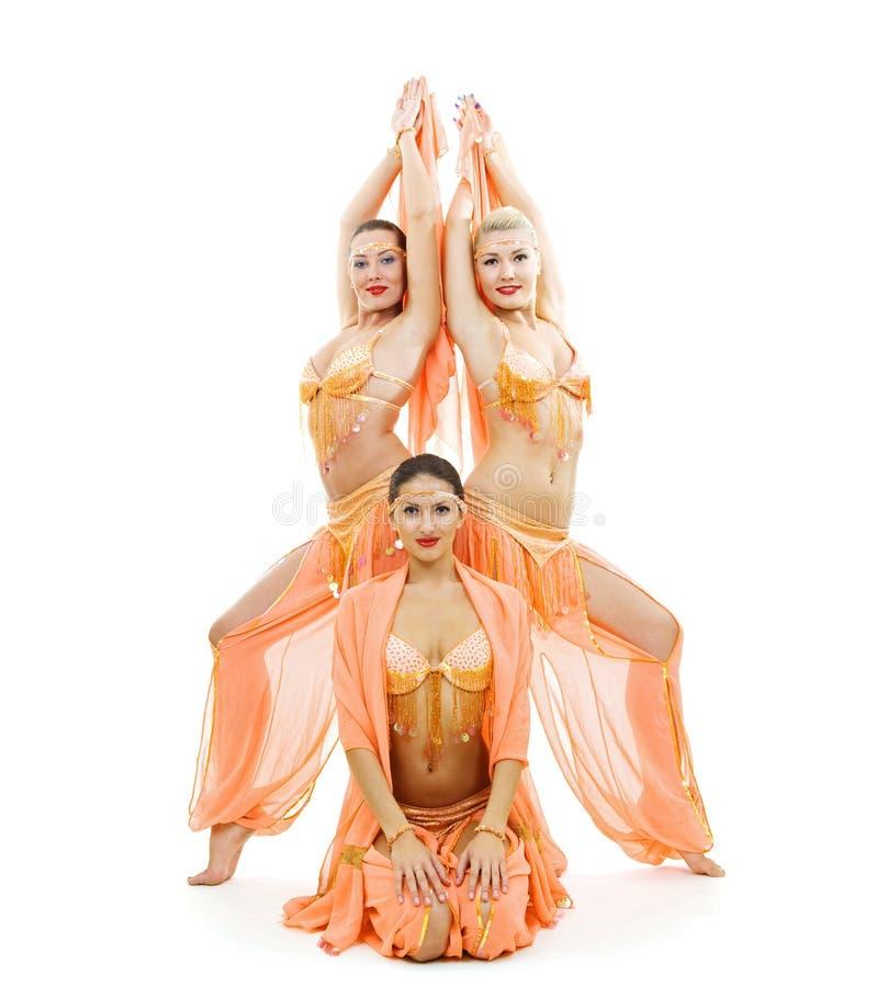 Drei Tänzer in den hellen arabischen Stufekostümen stockfotos