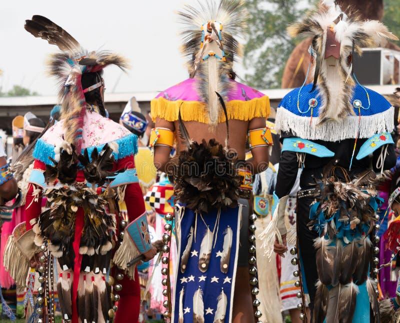 Drei Tänzer des amerikanischen Ureinwohners des Kriegsgefangen-wow von hinten lizenzfreie stockfotografie
