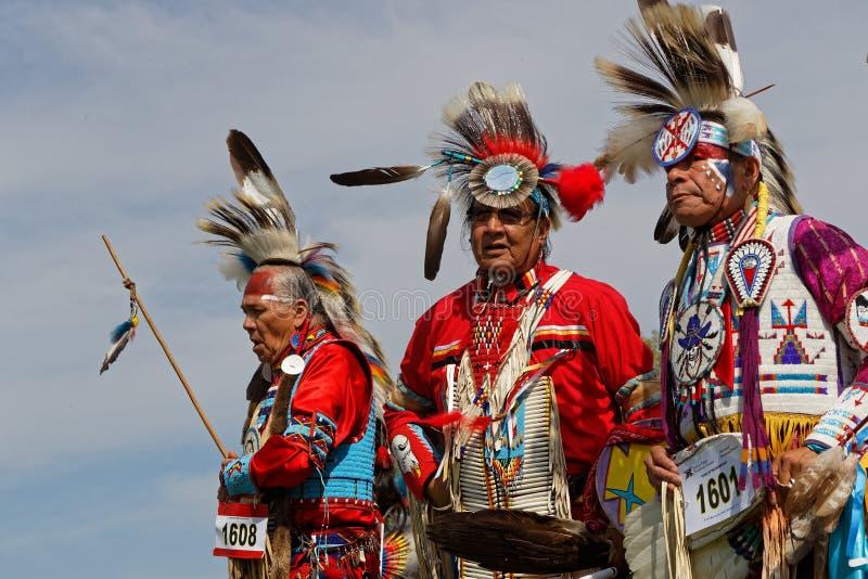 Drei Tänzer des 49. Jahrbuches vereinigten Stamm-Kriegsgefangen wow stockfotografie