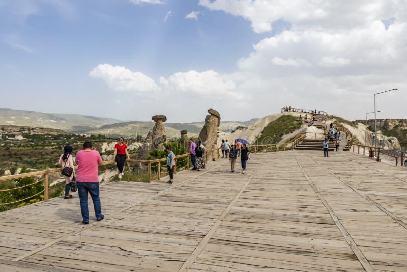 Drei Umgangsformen sind die glänzenden drei feenhaften Kamine, die auf Urgup, Bezirk von Nevsehir gelegen sind Es stockbild