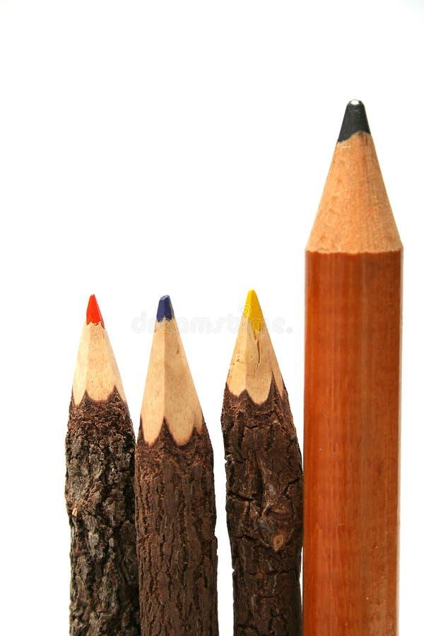 Drei ungewöhnliche Bleistifte hergestellt vom Holz und von einem einfachen sehr großen Bruder stockfoto