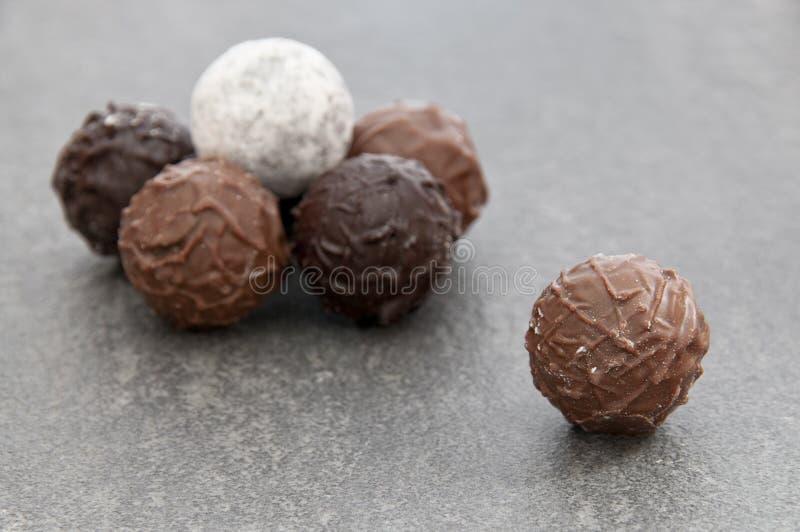 Drei verschiedene Schokoladentrüffeln lizenzfreies stockbild
