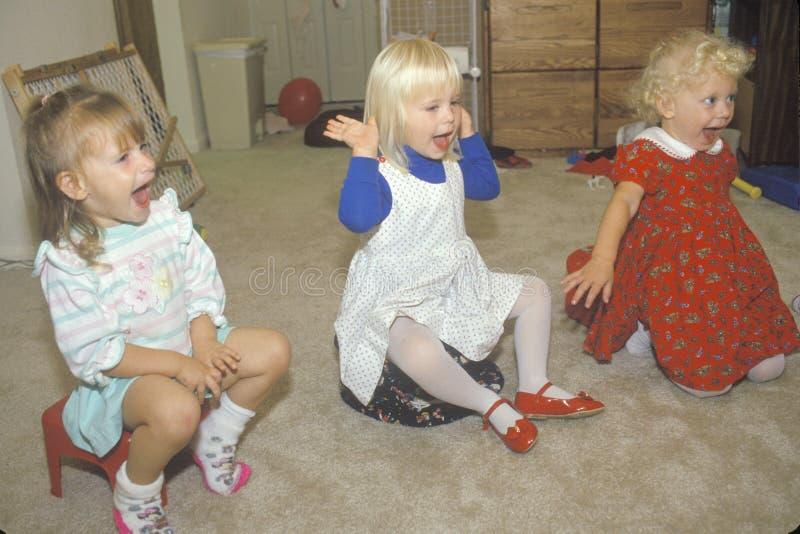 Drei Vorschulmädchen, die in ihrer Kindertagesstätte, Washington D singen C lizenzfreie stockfotos