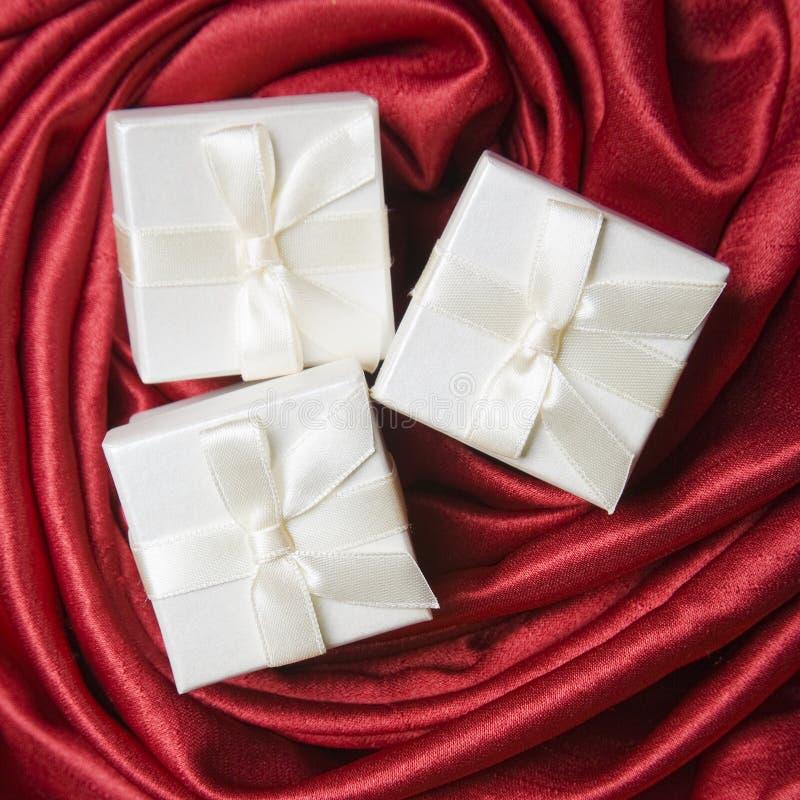 Drei weiße Geschenk-Kästen lizenzfreies stockbild