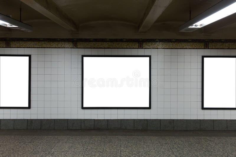 Drei weiße leere Anschlagtafeln im Tunnel lizenzfreie stockbilder