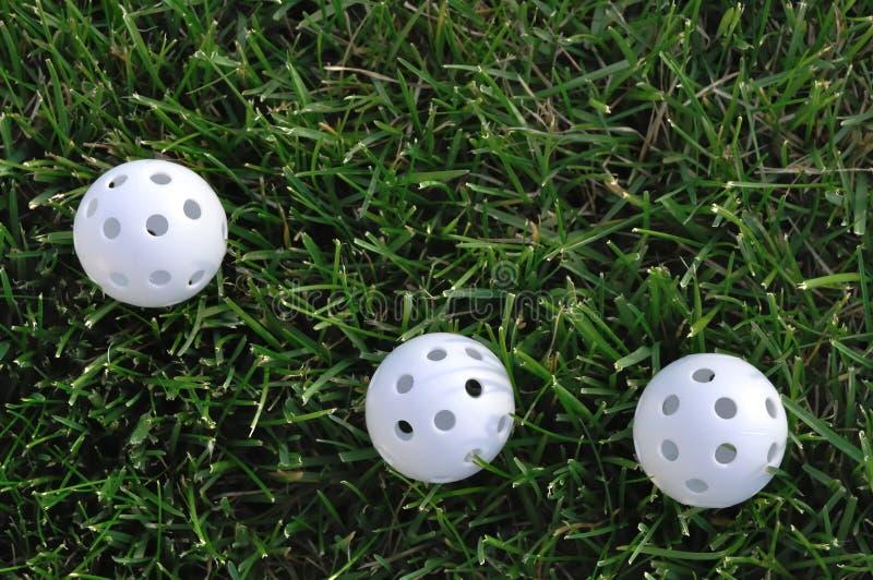 Drei weiße PlastikWiffle Golfbälle lizenzfreie stockbilder