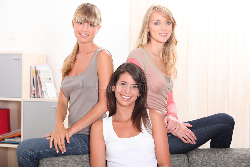 Drei weibliche Housemates lizenzfreie stockfotografie