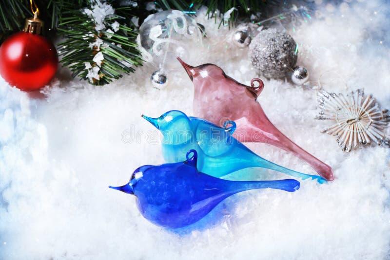 Drei Weihnachtsspielwaren-Glasvögel lizenzfreie stockfotos