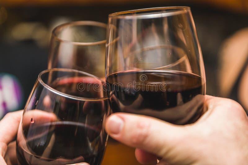 Drei Wein-Glas-Berühren lizenzfreies stockbild