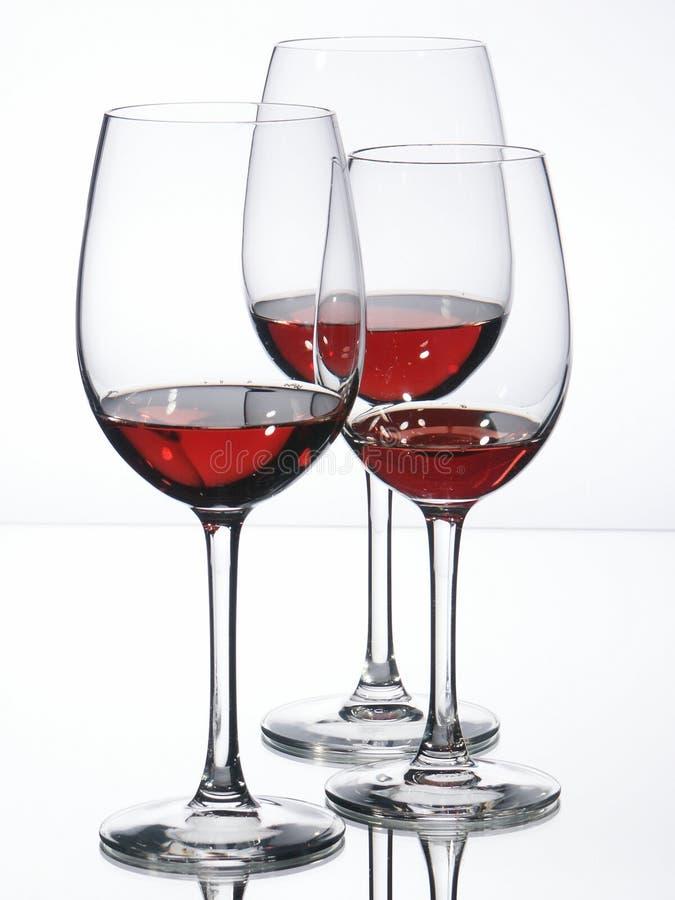 Drei Weingläser mit Rotwein stockbilder