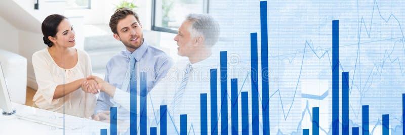 Drei Wirtschaftler, die Hände im breiten Schuss des Büros rütteln lizenzfreie abbildung