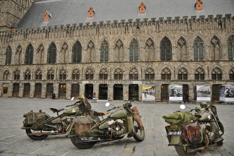 Drei WLA-Militärmotorräder vor Kriegs-Museum stockbild