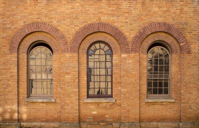 Drei Ziegelsteinfenster stockbilder