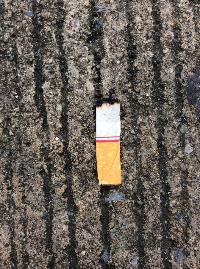 Drei Zigarettenkippen aus den Grund lizenzfreie stockfotografie