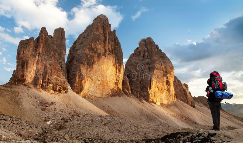 Drei Zinnen of Tre Cime di Lavaredo met wandelaar royalty-vrije stock afbeeldingen