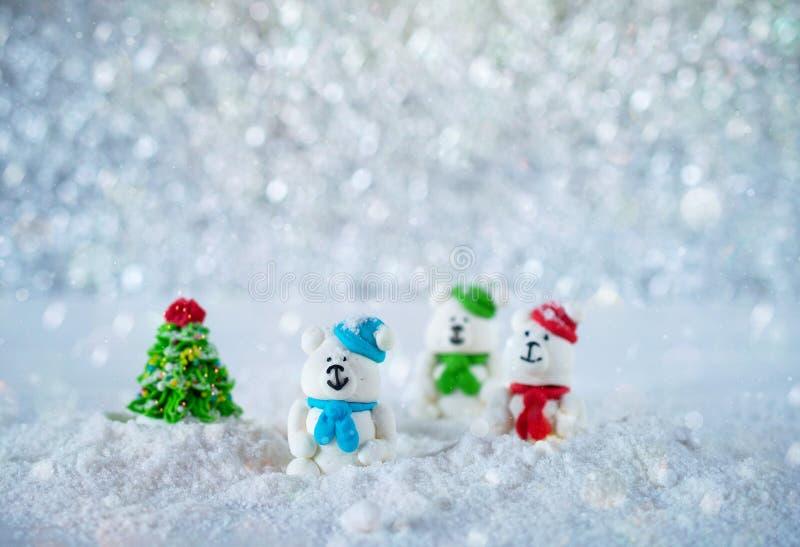 Drei Zuckersüßigkeitsbären im Schnee auf bokeh Hintergrund mit Kopienraum für Jahreszeit grüßende frohe Weihnachten oder guten Ru lizenzfreies stockfoto