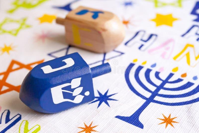 Dreidels do Hanukkah em uma tabela imagem de stock royalty free