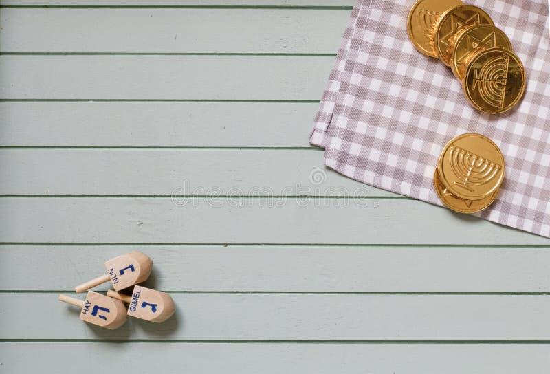 Dreidels en bois pour des pièces de monnaie de dessus et de chocolat de rotation de Hanoucca photos libres de droits