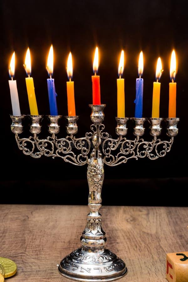 Dreidels i menorah hanukkah zdjęcie stock