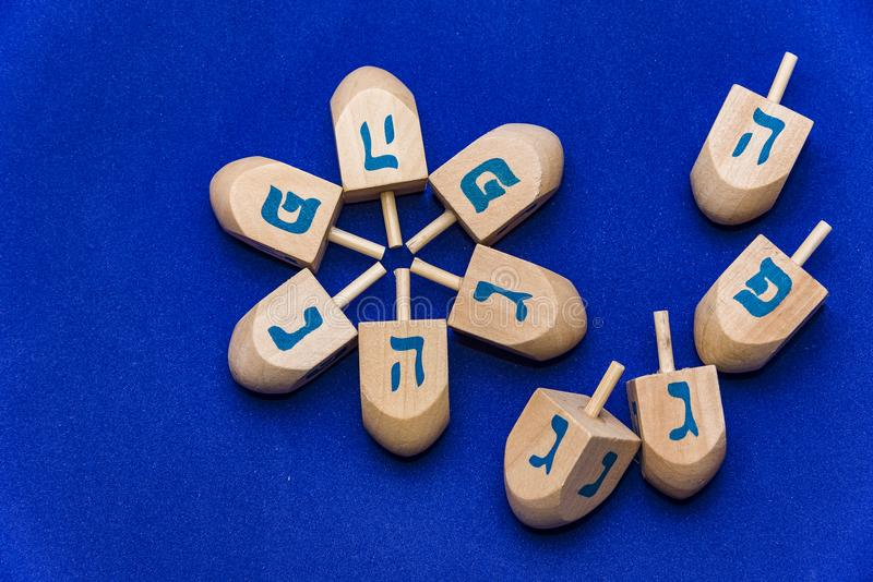 Dreidels para o Hanukkah um fundo azul fotos de stock
