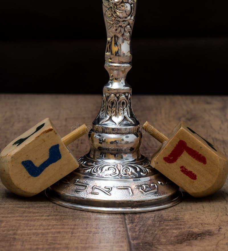 Dreidels und ein menorah hanukkah Text-Israel lizenzfreie stockfotos