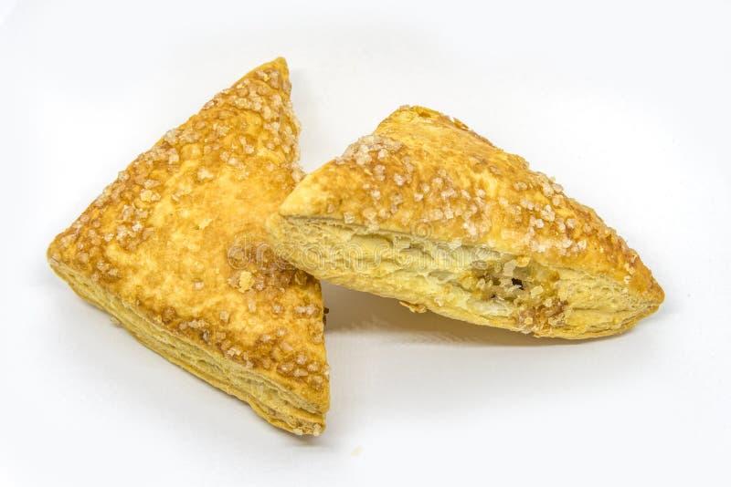Dreieckapfelkuchen auf Weiß lizenzfreie abbildung
