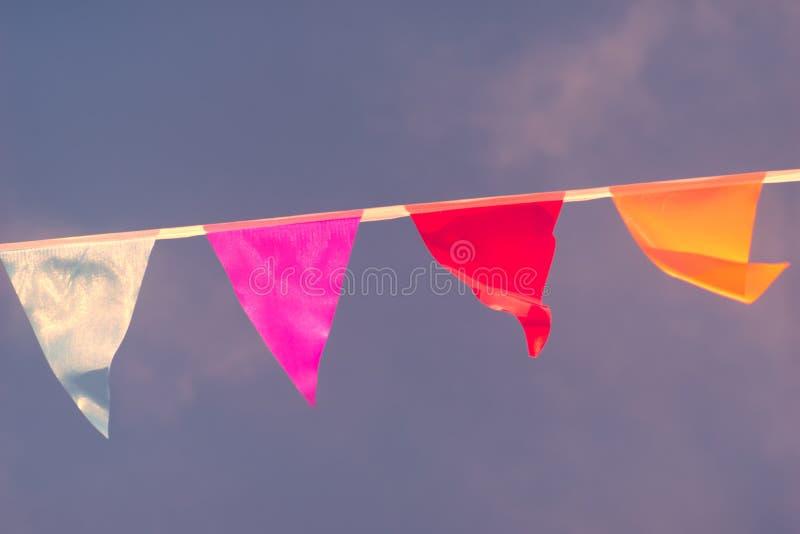 Dreieckige Flaggen von verschiedenen Farben lizenzfreie stockfotografie