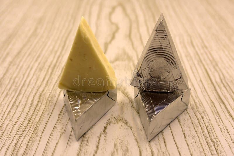 Dreieckiger Schmelzkäse lokalisiert auf weißem Hintergrund lizenzfreies stockfoto