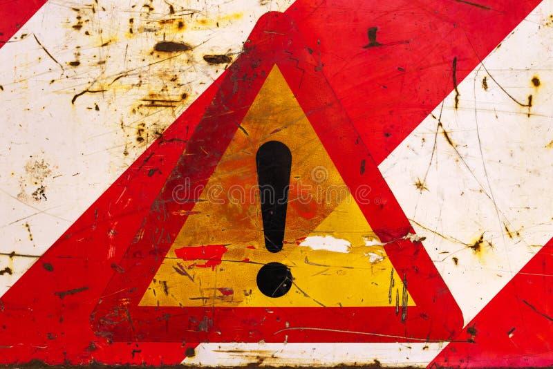 Dreieckiges Verkehrsschild des Ausrufs für andere Gefahr stockfoto