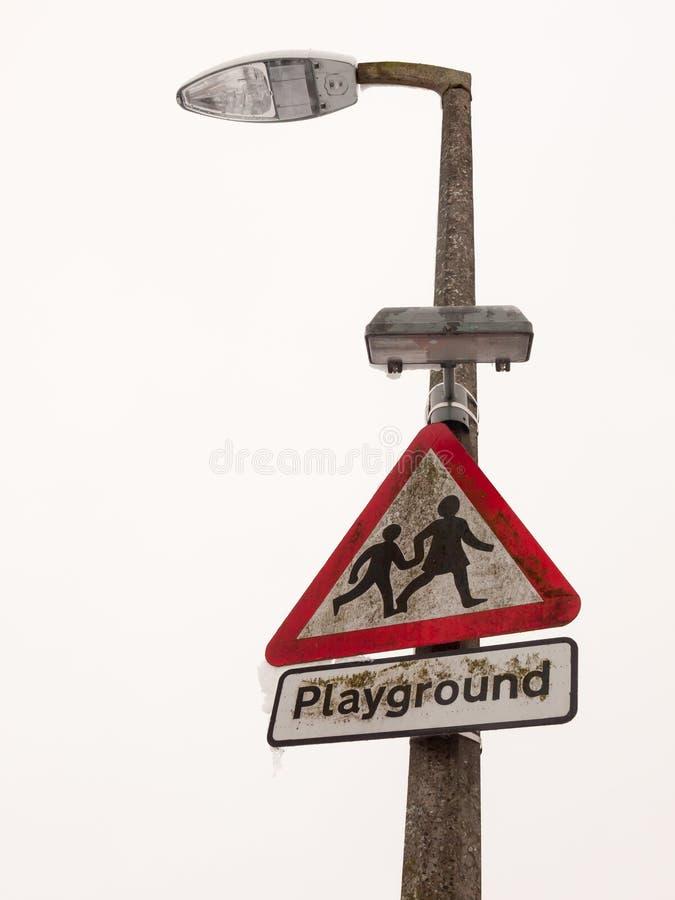 DreieckVerkehrsschild-Pfosten-Straßenlaterne-Kinderschneewinter lizenzfreies stockbild