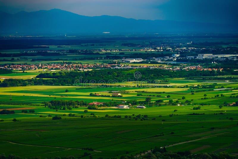 Dreigend weer vóór het onweer over de groene vallei in de Elzas stock afbeeldingen