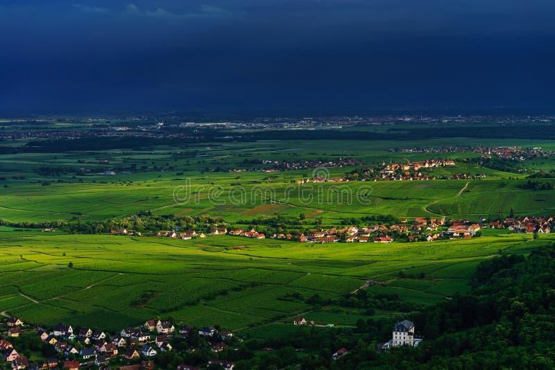 Dreigend weer vóór het onweer over de groene vallei in de Elzas royalty-vrije stock foto's