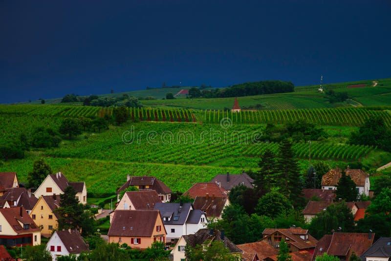 Dreigend weer vóór het onweer over de groene vallei in de Elzas stock foto