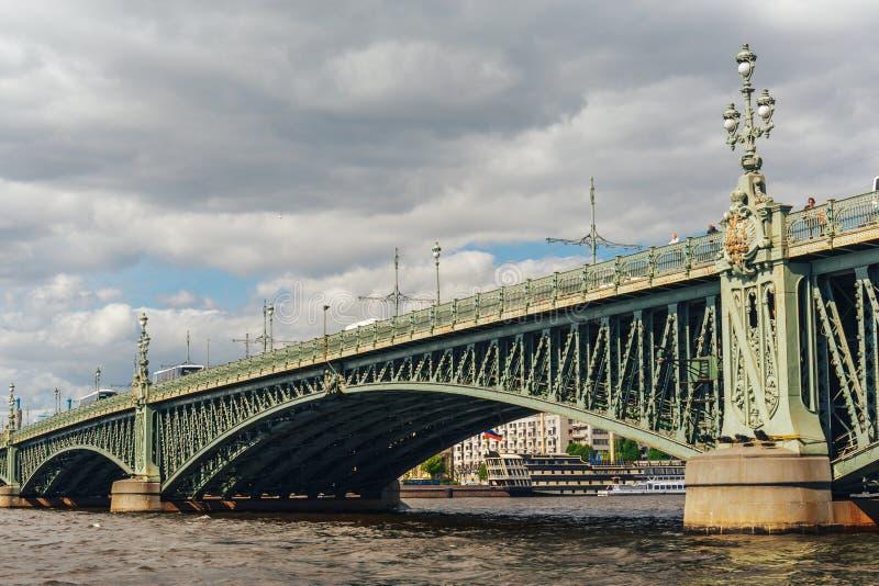 Dreiheitsbrücke über dem Neva, St Petersburg lizenzfreie stockfotos