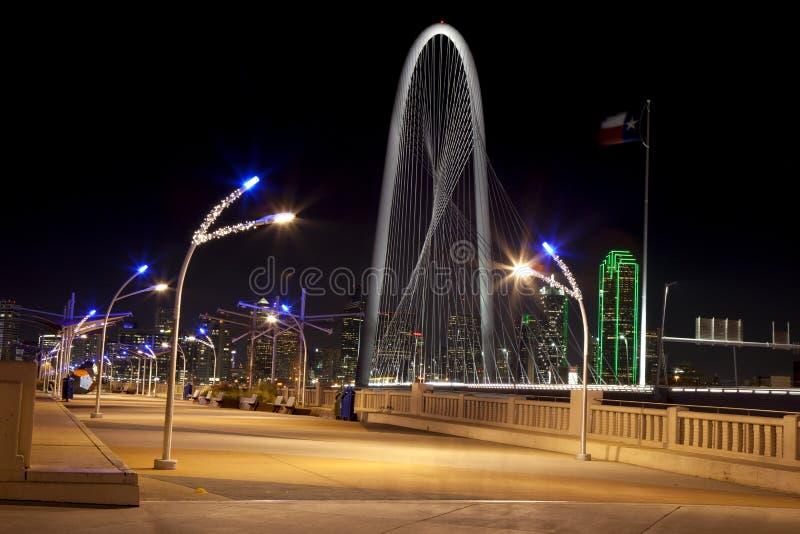 Dreiheitshimmelbrücke in im Stadtzentrum gelegenem Dallas, Texas stockfotos