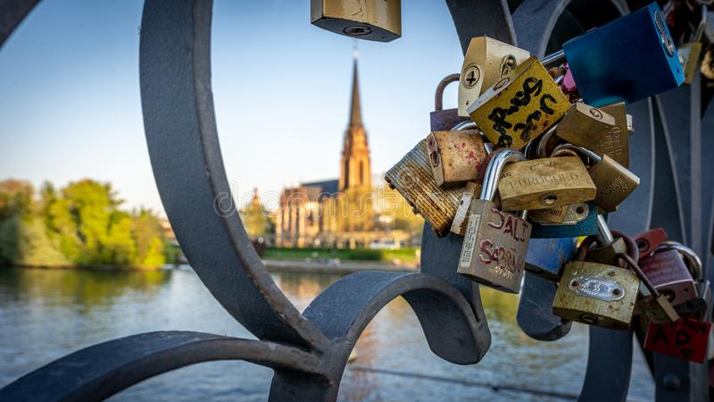 Dreik?nigskirche von eiserner steg mit Heiratsverschl?ssen im Vordergrund, Frankfurt Deutschland lizenzfreie stockfotografie