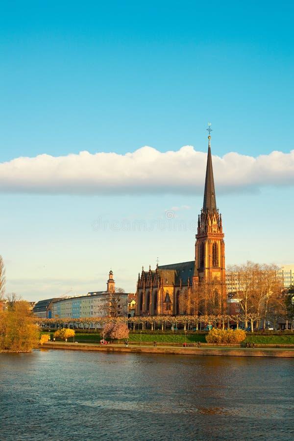 Dreikoenigs教会和河主要在法兰克福 免版税图库摄影
