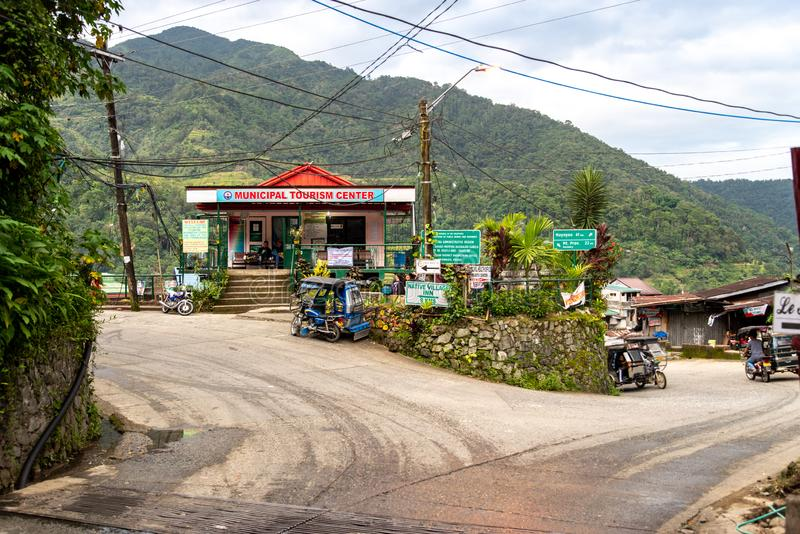 Dreiradwartebesucher vor Touristeninformationszentrum, BANAUE PHILIPPINEN, am 22. August 2018 lizenzfreie stockfotos