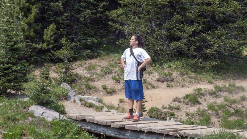 Dreiundzwanzig Jährige Amerasian-Mann, der stolz entlang einer Spur im Berg Rainier National Park, Washington steht stockfotos