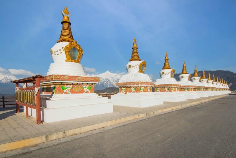 Dreizehn Tibet Pagode auf Schnee Mountainin Shangrila, Yunnan, Chi stockfotos