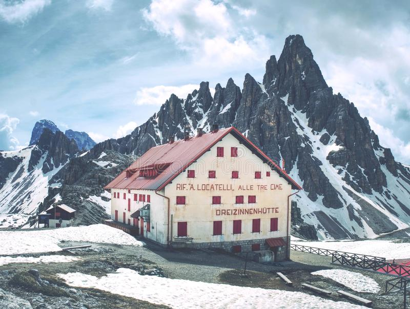 Dreizinnenhutte Italien Maj 26 2018 Turist- chalet fotografering för bildbyråer