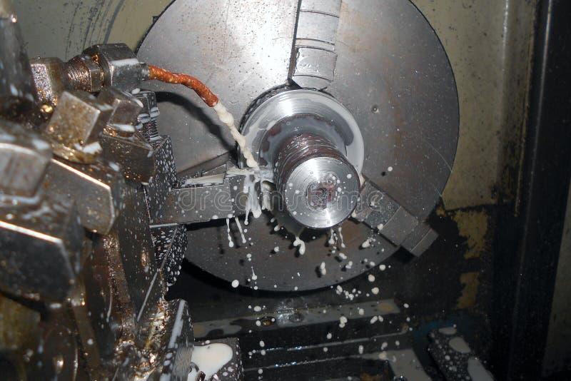 Drejbänk cnc som bearbetar med maskin slapp fokus arkivbild